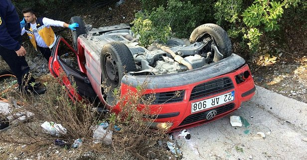 Feci kaza! Otomobil şarampole yuvarlandı