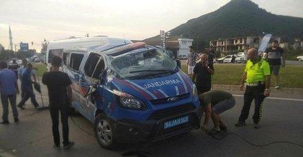 Jandarma aracıyla otomobil çarpıştı: 3 asker yaralı