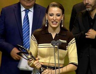 Serenay Sarıkayanın Altın Kelebek Ödül Töreninde giydiği elbise sosyal medyada alay konusu oldu!