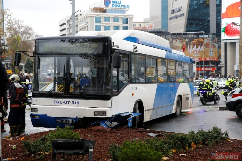 Ankarada belediye otobüsü yayalara çarptı: Yaralılar var