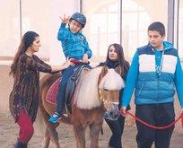 Minik Talha engelini at üstünde aşıyor