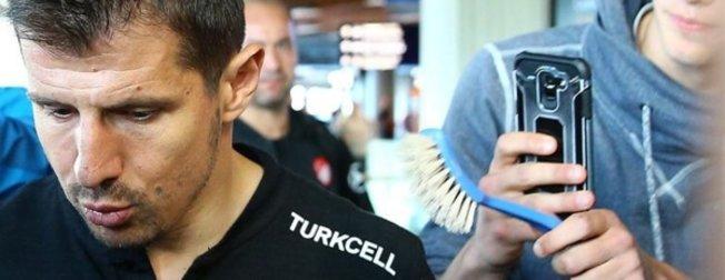 'Tuvalet fırçası' anlamı nedir? Emre Belözoğlu'na tuvalet fırçası uzatan kim?