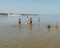 O ilde çocuklar yasağı delip denize girdi!