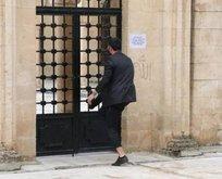 Uyarılarına rağmen cami kapısını zorladılar!