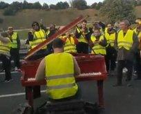 Pariste Geziden tanıdık manzara! Şimdi de piyano çalan adam