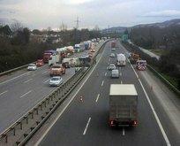 TEM'de feci kaza! Tanker devrildi trafik kilitlendi