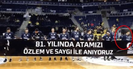 Fenerbahçe'nin Yunan basketbolcusu Sloukas Atatürk pankartını tutmadı