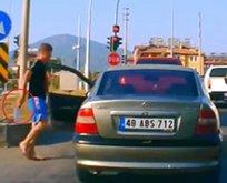 Trafikte dehşet! Satırla üstüne yürüdü