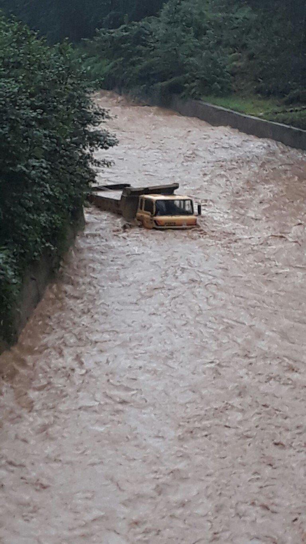 Rize'de şiddetli yağış eğitime ara verdirdi