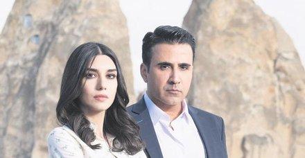 Başrollerini Emrah Erdoğan ve Burcu Kıratlı'nın 'Aşk ve Mavi' Meksika'da fırtınalar estiriyor