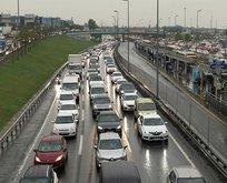 Yağışlı hava trafiği felç etti!