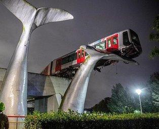 Hollanda'da yürekleri ağza getiren metro kazası! 7.5 metre yükseklikteki dev balina heykeline çarptı