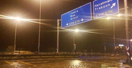 Trabzonda sağanak etkili oldu, havalimanı uçuş trafiğine kapandı