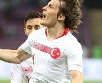 Milli futbolcu imzayı attı!