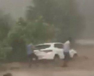 Bursada sel! Onlar araçlarını kurtarmaya çalışırken eşleri salavat getirdi