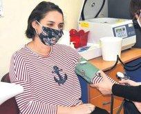Sağlık kahramanları aşıya da gönüllü oldu