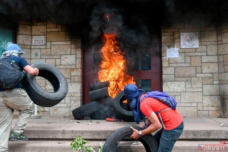 Honduras karıştı! ABD BüyHonduras'ta binlerce öğretmen ve sağlık çalışanı tarafından ülkedeki sağlık ve eğitim sektöründe planlanan reformlara karşı dün düzenlenen protestolarda 25 kişi yaralanmıştı.    ükelçiliğinin kapısını ateşe verdiler