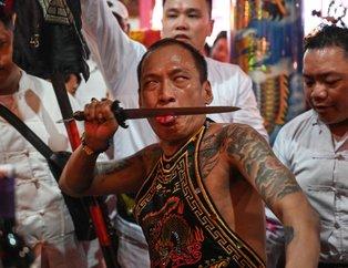 Endonezya'daki Cap Go Meh Festivali'nden kan donduran görüntüler