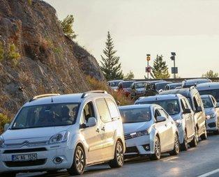 Koronavirüs salgınında tedbirler esnetilince vatandaşlar akın etti! Antalya'da Topçam Mesire Alanı'na girişte 1 kilometrelik kuyruk