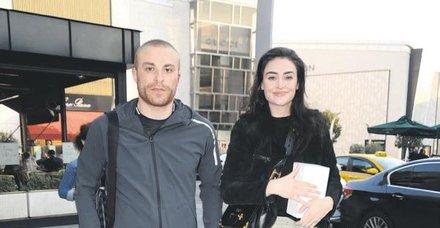 Oyuncu Esra Bilgiç, futbolcu eşi Gökhan Töre ile önceki gün İstinyePark'taydı