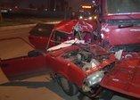 İzmir'de feci kaza! Kamyon otomobili ezdi
