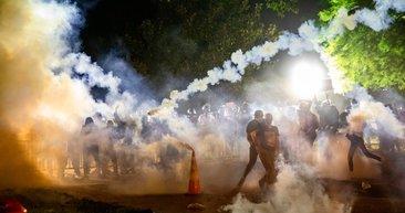 George Floyd'un polis tarafından öldürülmesinin ardından ABD'de protestocular Beyaz Saray'ı savaş alanına çevirdi