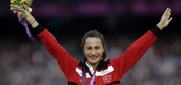 Milli atlet Aslı Çakır, doping nedeniyle Türkiye Atletizm Federasyonu Disiplin Kurulu tarafından ömür boyu pistlerden men edildi.