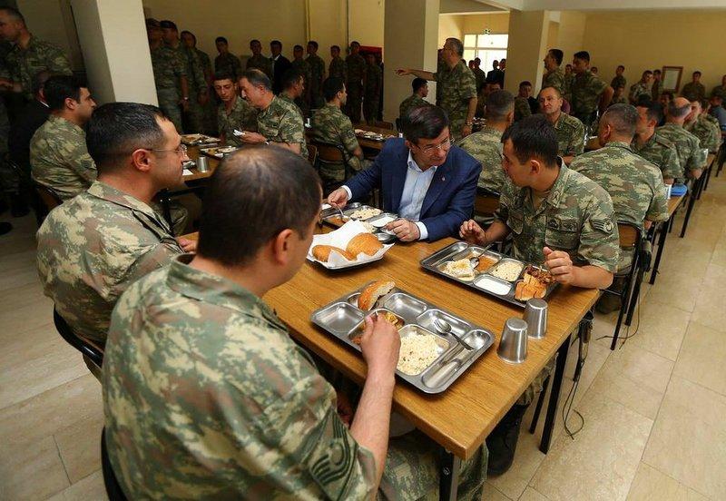 Davutoğlu'ndan Mehmetçik'e sürpriz ziyaret