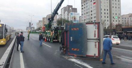D-100 Karayolu kamyon devrildi! Yol trafiğe kapandı