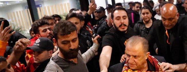 Galatasaraylı taraftarlar Fatih Terim ve futbolcuları böyle karşıladı