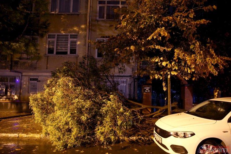 İstanbul´da kuvvetli yağış! Çatılar uçtu, otomobil devrildi, ağaçlar söküldü...
