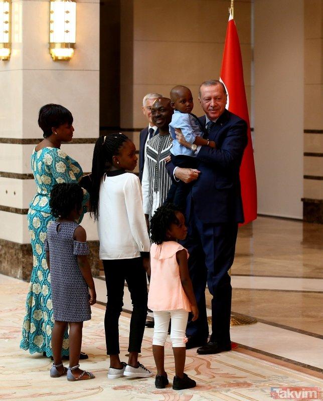 Başkan Erdoğan, Burkina Faso Büyükelçisinin çocuklarını sevdi