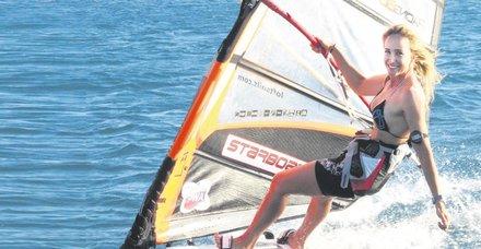 Millisörfçü Çağla Kubat'ın kızı Selin sörf yaparak ağızları açıkta bıraktı