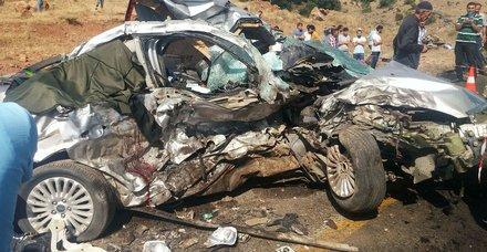 Otomobille pikap çarpıştı: 6 ölü, 9 yaralı