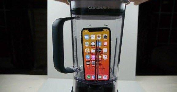 Önce iPhone X'i blenderda parçaladı sonra suyunu içmeye kalkıştı
