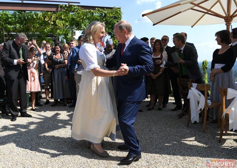 Putin, Avusturya Dışişleri Bakanı Kneissl ile dansı etti