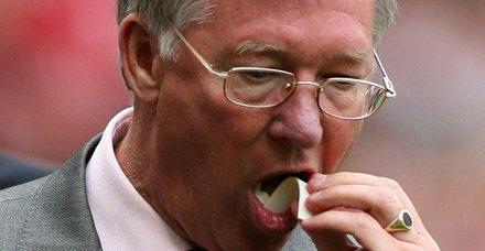 Manchester United'in efsane antrenörü Alex Ferguson'ın sakızı rekor fiyata satıldı!