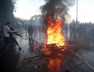 Cezayir karıştı! Sivil halk polisleri korudu