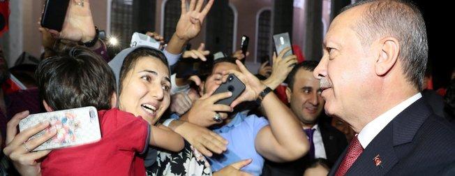 Cumhurbaşkanı Erdoğan, Kırgızistan'da yoğun sevgi gösterisiyle karşılandı