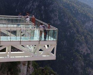 450 metre yükseklikteki cam teras ziyaretçi akınına uğradı