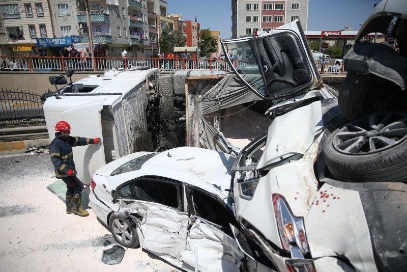 Freni boşalan kamyon, 4 araca çarpıp yan yattı: 5 yaralı