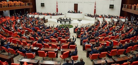 Irak ve Suriyeye sınır ötesi operasyon izni konusunda hükümete verilen yetkinin bir yıl daha uzatılmasına ilişkin Başbakanlık tezkeresi TBMM Genel Kurulunda kabul edildi.