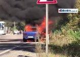 Alev alev yanan otomobilden sürücü ve eşi son anda kurtuldu