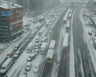 İstanbulluların kar ile imtihanı! E-5 trafiğe kapandı, taksiciler normal ücretin beş katını istedi...