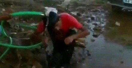 Fıstık çaldığını iddia ettiği çocuğu hortumla ıslatıp dövdü