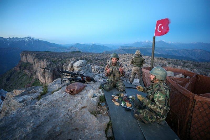 Türkiye'de ilk iftarı Hakkari'deki Mehmetçik yaptı