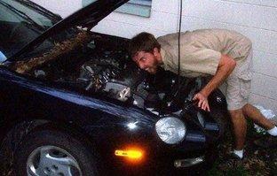 Arabanın kaputunu açtı! Gördüğü manzara karşısında dehşete kapıldı