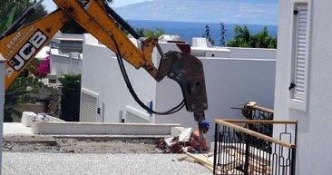 Yılmaz Özdil'in kaçak villasında hilti ile kırılamayan duvarlar kepçeyle yıkıldı