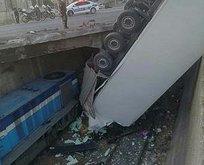 Kontrolden çıkan TIR trenin üstüne düştü!