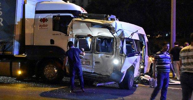 TEMde feci kaza! TIR minibüse çarptı
